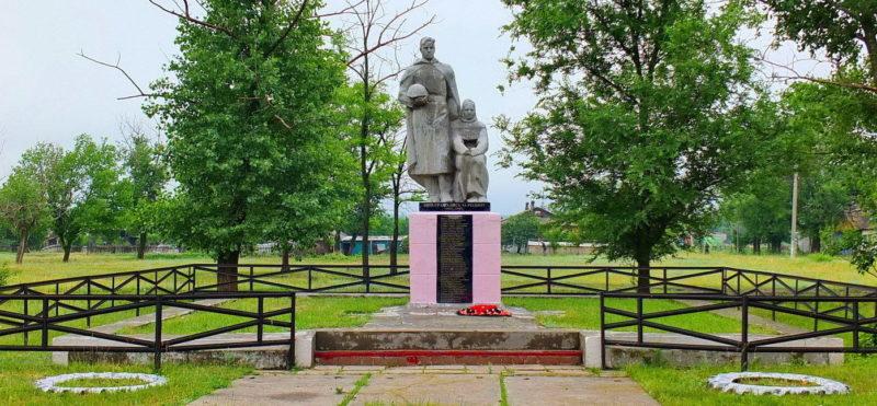 п. Малая Горка Мартыновского р-на. Памятник павшим в годы войне.