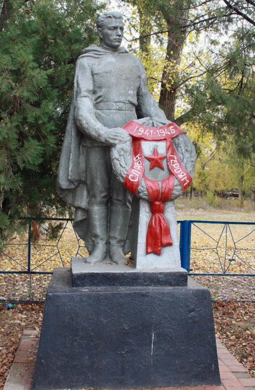 х. Малоорловский Мартыновского р-на. Памятник в Промышленном переулке, установленный на братской могиле, в которой похоронено 4 советских воинов.