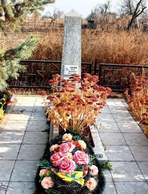 х. Московский Мартыновского р-на. Братская могила двух советских воинов.