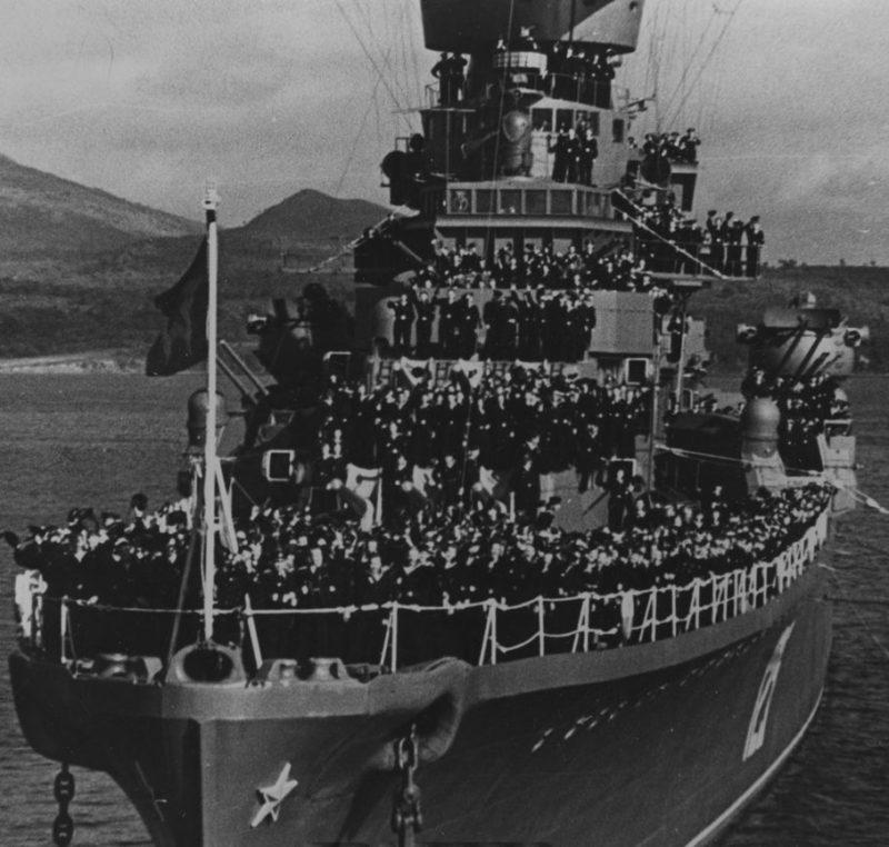 Экипаж военного корабля в День Победы. 9 мая 1945 г.