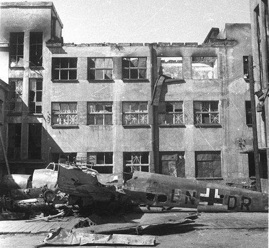 Фюзеляж сбитого немецкого истребителя Bf.110 во дворе Дома культуры, выставленный для всенародного обозрения. Июль 1942 г.