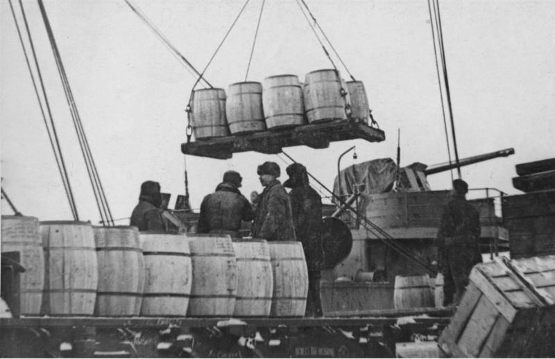 Транспорт союзников под разгрузкой. Октябрь 1942 г.