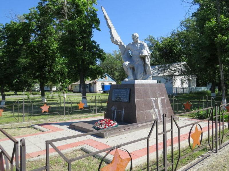 п. Новомартыновский Мартыновского р-на. Братская могила неизвестных солдат.