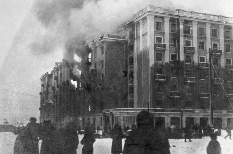 Горящий дом рыбников тралового флота. Декабрь 1942 г.