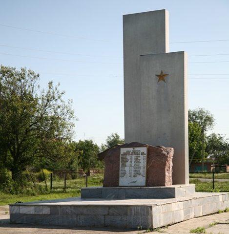 п. Приречный Сальского р-на. Памятник воинам - односельчанам, погибшим в годы войны был открыт в 1995 году.