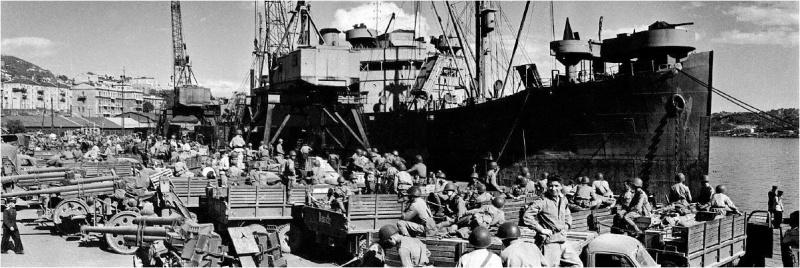 Погрузка частей 87-го стрелкового корпуса Приморской группы 1-го Дальневосточного фронта на транспортное судно в порту Владивосток. Август 1945 г.