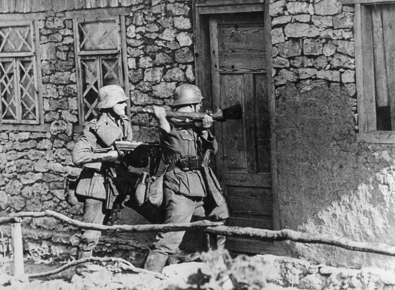 Немецкие солдаты выламывают дверь дома. Июль 1941 г.