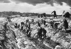 Рытье противотанкового рва в окрестностях Смоленска. 26 июля 1941 г.