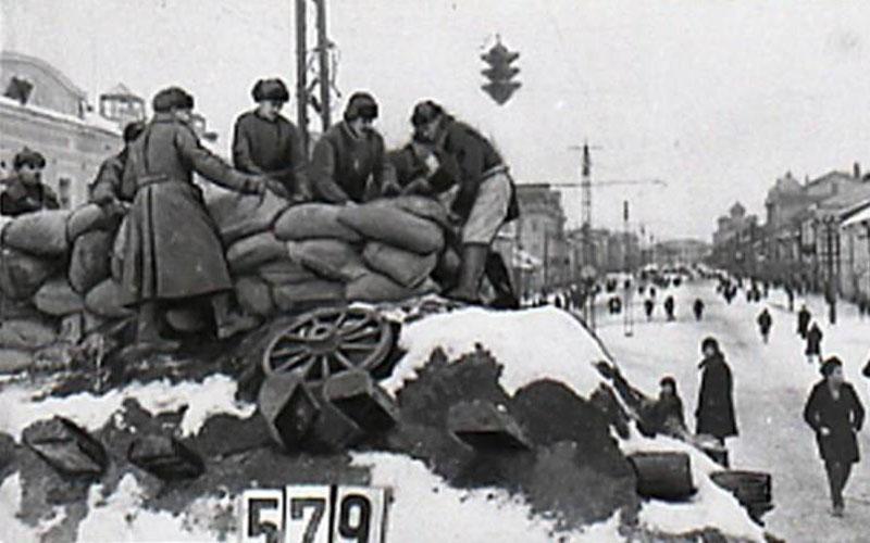 Сооружение баррикады на улице Тулы. Ноябрь 1941 г.