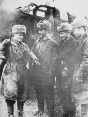 Павел Камозин (первый слева) с летным звеном. 1943 год.