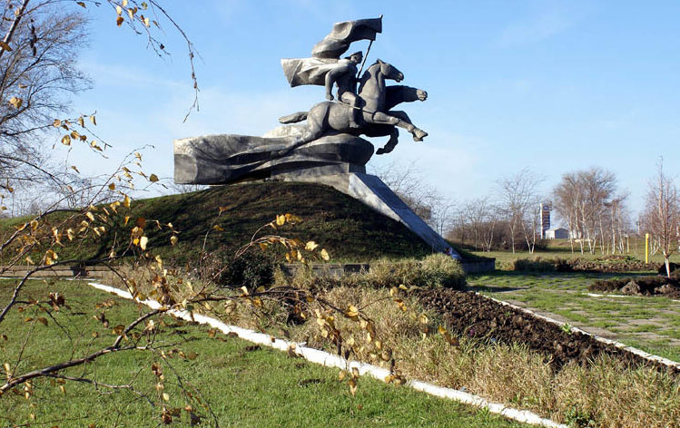 г. Сальск. Памятник 116-й Донской кавалерийской дивизии был открыт в 1987 году. Скульптор - М.И. Демьяненко, архитектор - А.В. Стадник.
