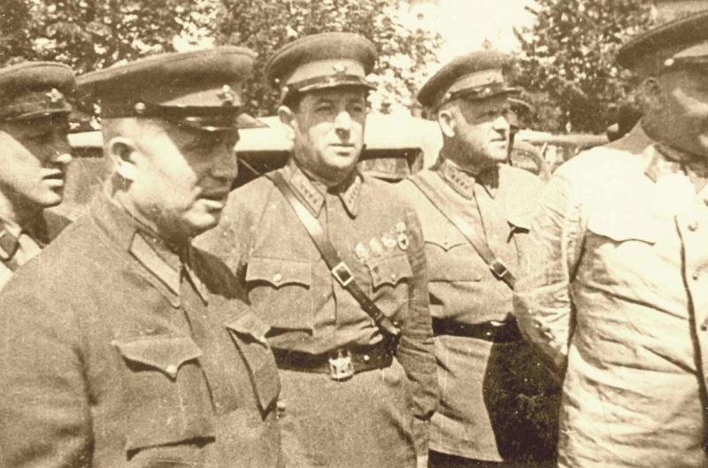 Никита Хрущев и Лев Мехлис в Бессарабии. Июль 1940 г.