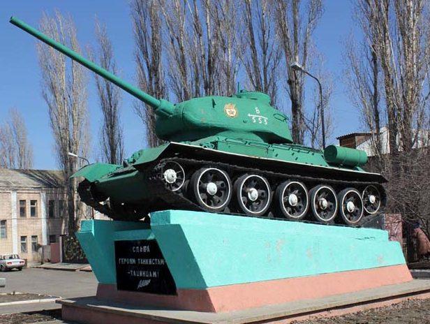 ст-ца. Тацинская. Памятник-танк Т-34 в память о танкистах, участвовавших в танковом рейде.