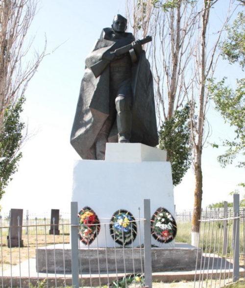 х. Чумаков Тацинского р-на. Памятник, установленный в 1957 году на братской могиле, в которой похоронено 786 советских воина, погибших в годы войны.