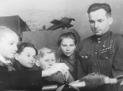 Павел Камозин на занятиях авиамодельного кружка в Доме пионеров.1949 г.