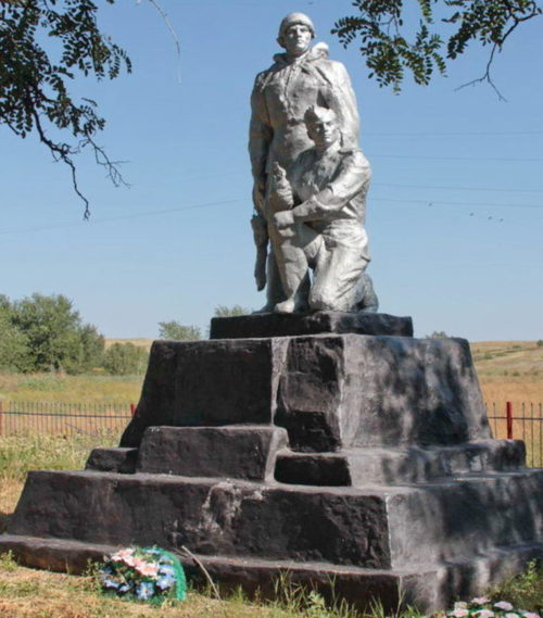 х. Яново-Петровский Тацинского р-на. Братская могила, в которой похоронено 14 воинов, погибших за хутор в январе 1943 года.