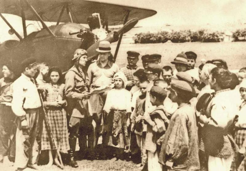 Советский военный самолет в Бессарабии. Июль 1940 г.