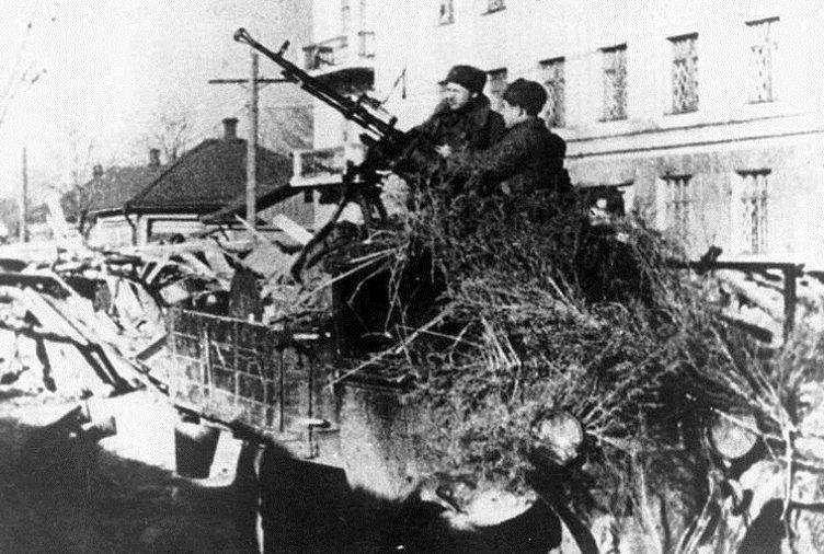 Зенитчики на улице города. Ноябрь 1941 г.