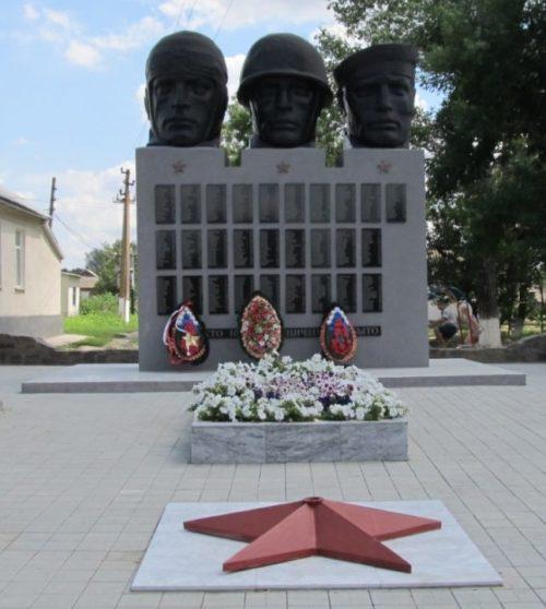 с. Алексеевка Матвеево-Курганского р-на. Памятник, установленный в 1975 году на братской могиле, в которой захоронено 518 советских воинов.