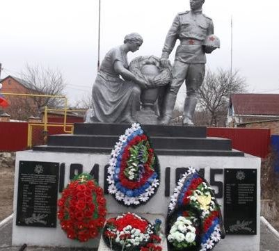 х. Апаринский Усть-Донецкого р-на. Памятник погибшим воинам, установленный в 1959 году.