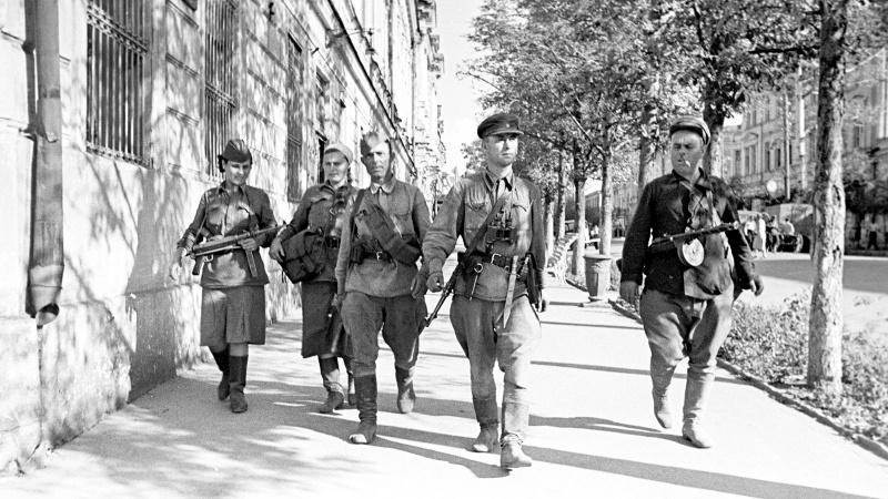 Партизаны в освобожденном Таганроге. Август 1943 г.