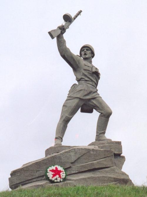 с. Алексеевка Матвеево-Курганского р-на. Памятник «Прорыв», установленный в 1983 году к 40-летию освобождения района от немецко-фашистских захватчиков. Скульптор - В. И. Перфилов.
