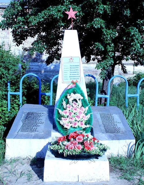 х. Бронницкий Усть-Донецкого р-на. Братская могила, в которой похоронено 7 советских воинов.