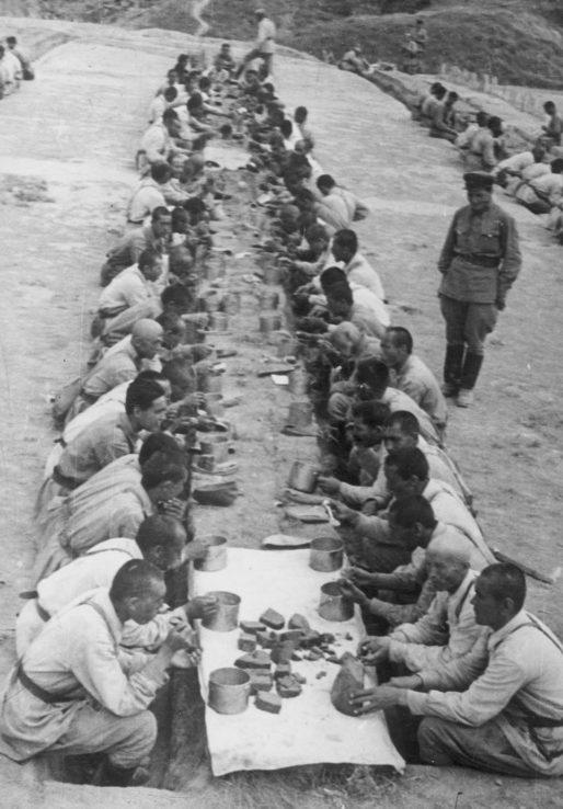 Красноармейцы в солдатской столовой в районе Тирасполя. Июль 1940 г.