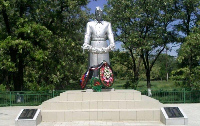 с. Александровка Матвеево-Курганского р-на. Памятник, установленный в 1969 году на братской могиле, в которой похоронено 111 советских воинов.