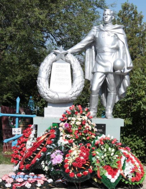 г. Сальск. Братская могила, в которой похоронено 300 воинов, погибших при освобождении города в январе 1943 года.