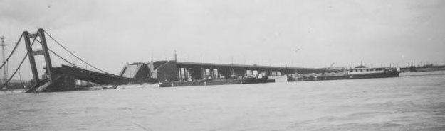 Разрушенный мост в Белграде. Апрель 1941 г.
