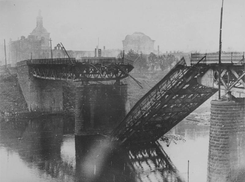 Взорванный мост через Днепр в Смоленске. 1941 г.