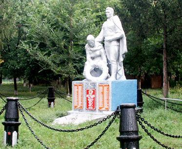 х. Алексеевка Октябрьского р-на. Памятник, установленный на братской могиле павшим в годы войны.
