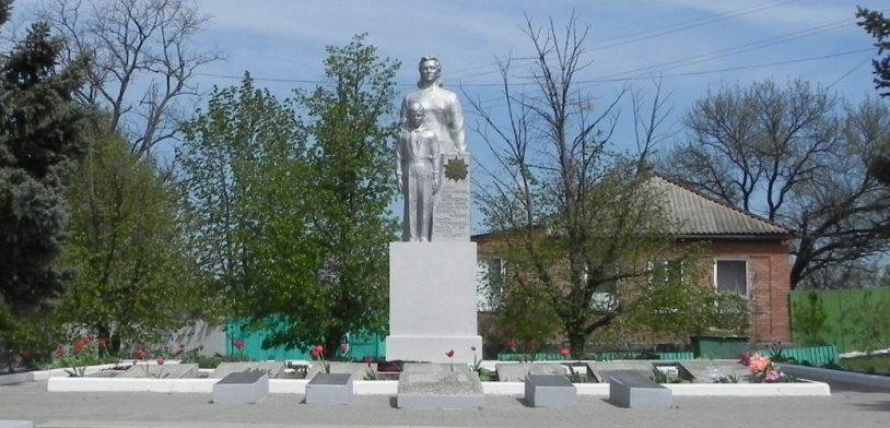 х. Большая Кирсановка Матвеево-Курганского р-на. Памятник, установленный в 1978 году на братской могиле, в которой похоронено 235 воинов.