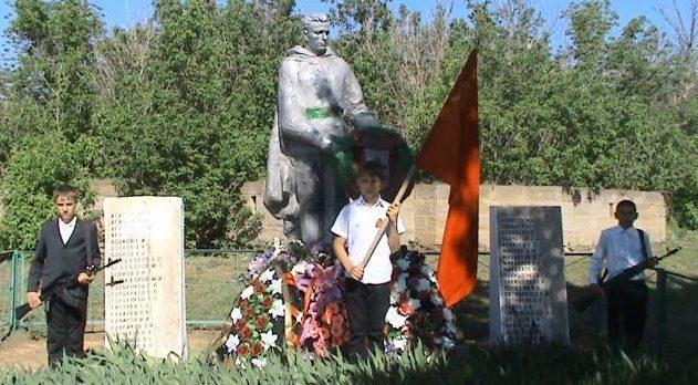 х. Евсеевский Усть-Донецкого р-на. Памятник советским воинам, установленный в 1965 году.