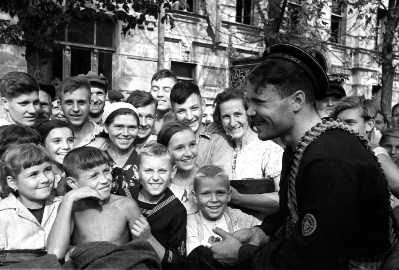 Жители города встречают Красную Армию. Август 1943 г.