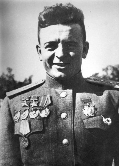 Дважды Герой Советского Союза капитан Карпов. 1944 г.