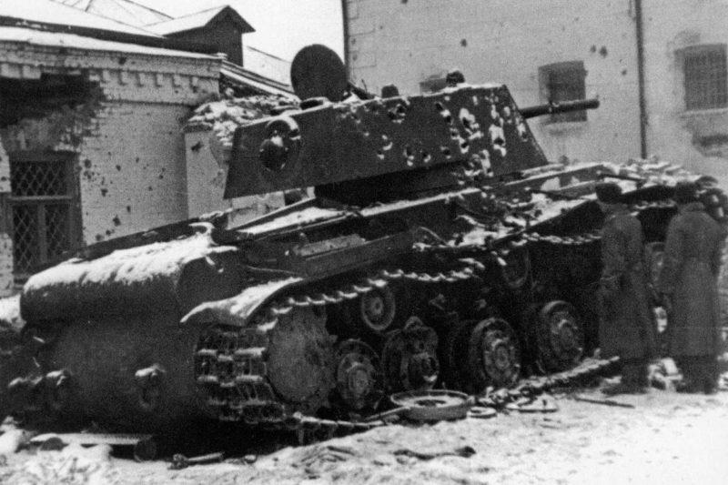 Подбитый у тюрьмы города танк КВ-1 32-й танковой бригады. Ноябрь 1941 г.