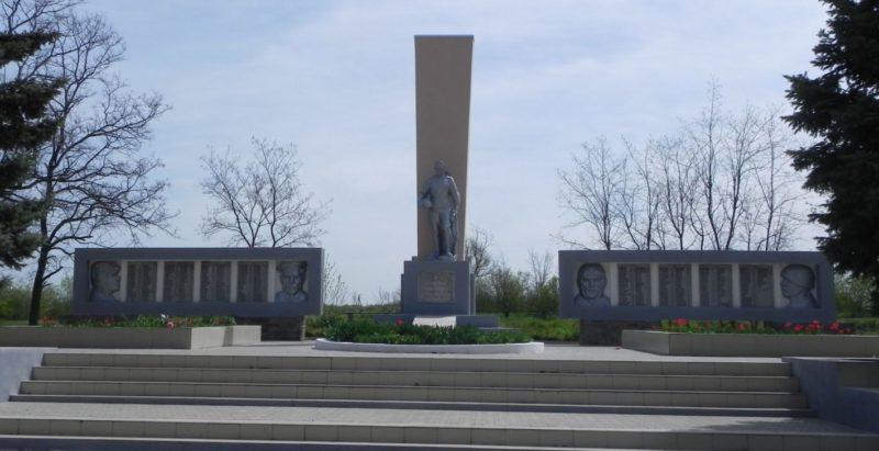 х. Большая Кирсановка Матвеево-Курганского р-на. Памятник, установленный в 1972 году на братской могиле, в которой похоронено 312 воинов.