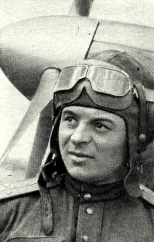 Капитан Карпов у самолета. 1944 г.