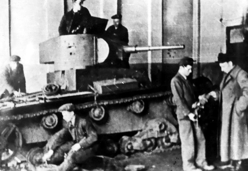 Ремонт легкого танка Т-26 на тульском заводе «Штамп» в дни осады города. Ноябрь 1941 г.