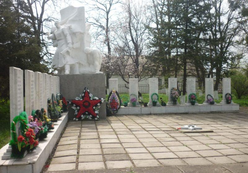 с. Греково-Тимофеевка Матвеево-Курганского р-на. Памятник, установленный в 1982 году на братской могиле, в которой похоронено 162 воина.