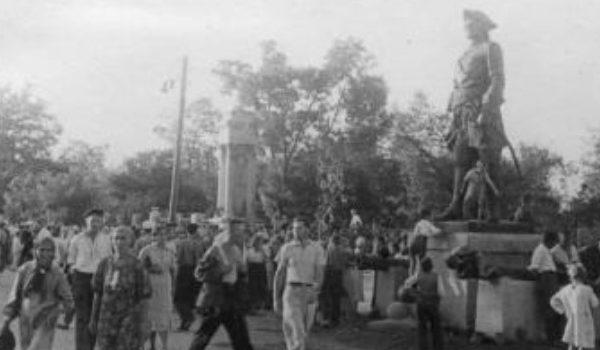 Горожане в освобожденном городе. Сентябрь 1943 г.