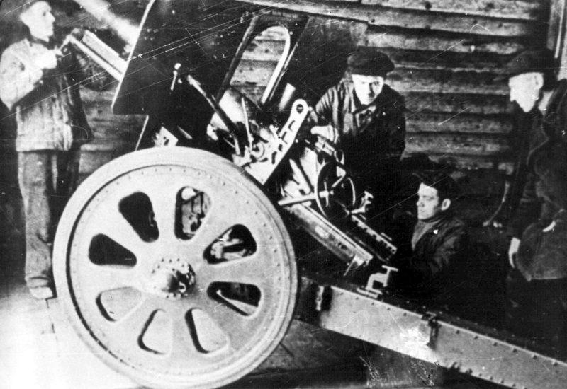 Ремонт советской 76-мм дивизионной пушки Ф-22 на заводе в Туле. Ноябрь 1941 г.