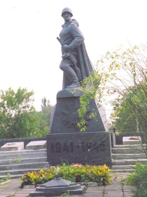 с. Григорьевка Матвеево-Курганского р-на. Памятник, установленный в 1985 году на братской могиле, в которой похоронено 15 советских воинов.