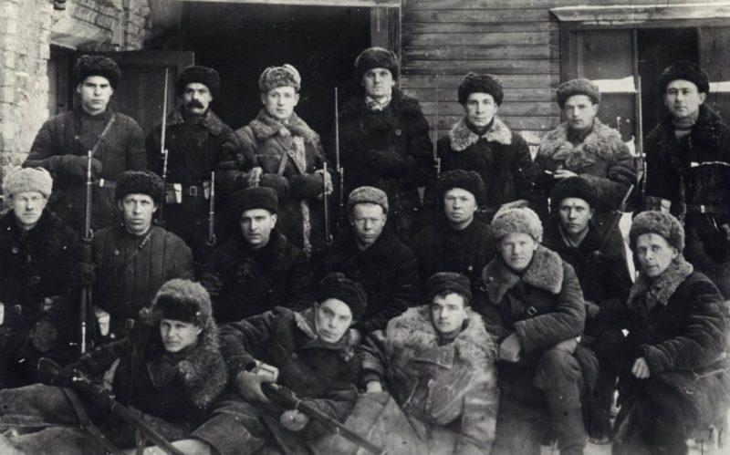 Рабочие оружейного завода, выпускавшие из подручных средств оружие для Тульского рабочего полка. Ноябрь. 1941 г.