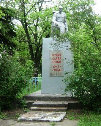 с. Екатериновка Матвеево-Курганского р-на. Памятник, установленный в 1966 году на братской могиле, в которой похоронен 161 советский воин, погибший в августе 1943 года при освобождении села от немецко-фашистских захватчиков.