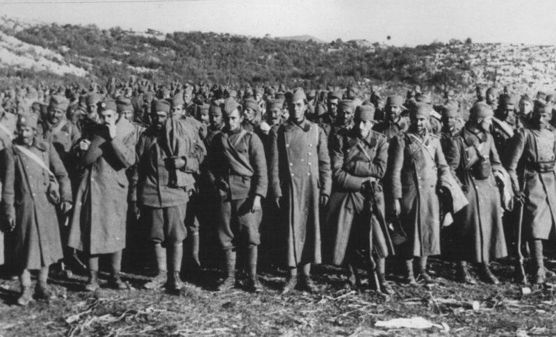 Югославские солдаты сдаются в плен. Апрель 1941 г.
