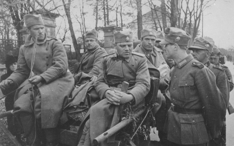 Югославские офицеры и солдаты в плену. Апрель 1941 г.