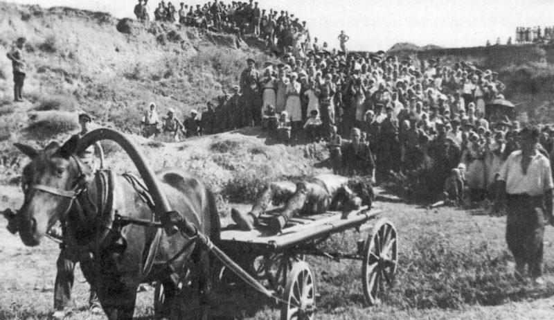 Вывоз опознанной жертвы с Петрушинской балки. Сентябрь 1943 г.